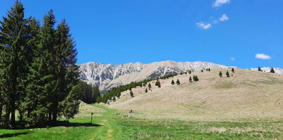 Hiking Pestera and Magura Villages